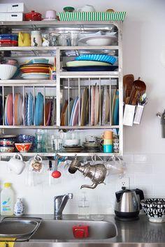 ツェツェ・アソシエのキッチンラックを壁に取り付けた。吊り戸棚の圧迫感がなく、ディスプレイ感覚で楽しい。