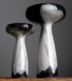 Hier haben wir eine beeindruckende Reihe von fünf elegante und sehr ungewöhnlich geformte Keramik-Vasen von OTTO Keramik in 1970er Jahren gemacht. Vasen kommen in verschiedenen Tönen graue Farbe Glasur. Grundlagen der Vasen sind mit Filz abgedeckt (die zu diesem Hersteller unterscheidet).  Einfach atemberaubend Interior Design-Akzent.  Messungen (Hauptbild von links nach rechts): Höhen - 14 cm (5,5), 18 cm (7,1), 18 cm (7,1 ), 25 cm (10), 10,5 cm (4.13 ) Breite - 9 cm (3,5), 10 cm (3,94), 12…