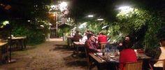 Seddon de San Isidro entra solo por los ojos, en el bajo, un ambiente bohemio en una casa del estilo del delta, decorada e iluminada con calidez, con varios mesones en el extenso jardin de entrada. Quizas de para una pizza y cerveza con pocas...