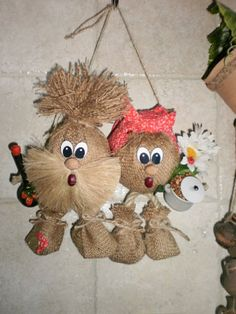 A nice Thanksgiving Pilgrim couple made from pallet wood . Burlap Crafts, Wreath Crafts, Flower Crafts, Fabric Crafts, Crochet Dog Clothes, Corn Husk Dolls, Diy Crafts For Home Decor, Country Crafts, Sewing Toys