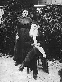 Russian writer Leo Tolstoy with his daughter Alexandra, 1908 Nobel Prize In Literature, Russian Revolution, Anna Karenina, Babe Ruth, Vintage Photographs, Historical Photos, Childrens Books, Poppies, Goth