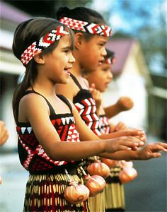 Maori girls singing a waiata. We Are The World, People Around The World, Around The Worlds, Polynesian People, Polynesian Culture, Maori People, Long White Cloud, Maori Art, Kiwiana