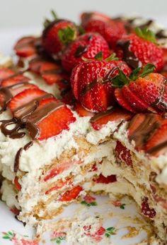 """Gâteau """"icebox"""" aux fraises(8 à 12 portions)INGRÉDIENTS : -2 lbs (900 gr) de fraises, lavés, équeutées"""