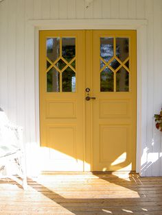 Dörrar från Eksjö | www.allmoge.se Scandinavian Interior, Home Interior, Interior And Exterior, Interior Decorating, Door Design, House Design, Swedish Cottage, Yellow Doors, Yellow Houses