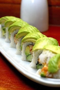 just had school sushi.dying for some good sushi. Sushi Recipes, Avocado Recipes, Asian Recipes, Cooking Recipes, Healthy Recipes, Delicious Recipes, I Love Food, Good Food, Yummy Food