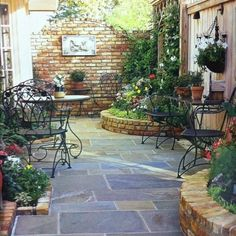 Small patio ideas for small garden decor do not need to be complicated. Add a few lights and you've got a whimsical bit of garden art for your patio or balcony. Patios can be turned into the… Small Courtyard Gardens, Small Courtyards, Small Gardens, Small Garden Patios, Small Brick Patio, Slate Patio, Outdoor Gardens, Diy Patio, Backyard Patio