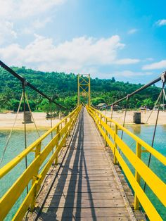 The yellow bridge connecting Nusa Lembongan & Nusa Ceningan, Indonesia #sunshineseeker