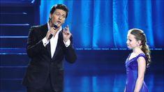 A híres énekes a színpadra hívott egy 12 éves lányt, hogy együtt énekeljenek. Amikor a lány elkezdett énekelni… Ez valami egészen hihetetlen!
