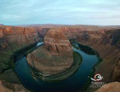 """Horseshoe Bend é o nome da curva em forma de ferradura moldada pelo curso do rio Colorado a poucos quilômetros da cidade de Page, no Arizona. A imagem é muito conhecida por quem gosta de fotografia e já """"namorou"""" os destinos bacanas nos Estados Unidos, mas fotografar neste lugar é impressionantemente maravilhoso. É uma das vistas mais bonitas que ja vi!    Muito fácil de chegar e estacionar. Porem é necessário andar uns 10 minutos, por uma pequena trilha, até o local.    É uma atração…"""
