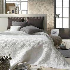 Praktyczne, a przede wszystkim piękne. Na rynku dostępne różne kolory i wzory narzut na łóżko. O czym trzeba pamiętać przy wyborze narzuty na łóżko?
