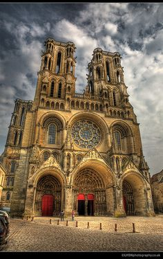 (Laon Cathedral) symmetrical bell towers and windows and big rose window Cathedral Architecture, Sacred Architecture, Historical Architecture, Beautiful Architecture, Cathedral Basilica, Gothic Cathedral, Cathedral Church, Unique Buildings, Beautiful Buildings