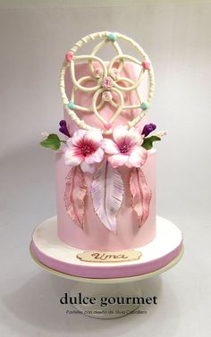 This was a lovely theme I wanted to do for a long time! Gumpaste dreamcatcher, feathers and flowers for Uma´s birthday party. Gorgeous Cakes, Pretty Cakes, Amazing Cakes, Cake Icing, Cupcake Cakes, Native American Cake, Dream Catcher Cake, Bohemian Cake, Fairy Cakes