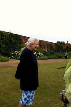 The Queen looking very happy at #Sandringham today as she enjoyed a day off meeting   Ohhhhhhhhhhhhh!