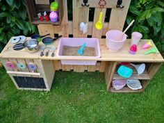 Matschküche bauen – Aus Obstkisten & Paletten mit Video Anleitung Build a Mud Kitchen – Out of Fruit Crates & Pallets with Video Instructions Backyard Play, Backyard For Kids, Diy Pallet Projects, Garden Projects, Palette Diy, Fruit Box, Fruit Crates, Mud Kitchen, Diy Outdoor Furniture