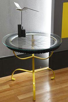 Mesa feita com roda de bicicleta não mais utilizável.