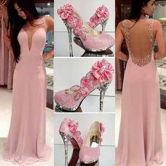 Vestido de Gala rosa com brilho e decote.