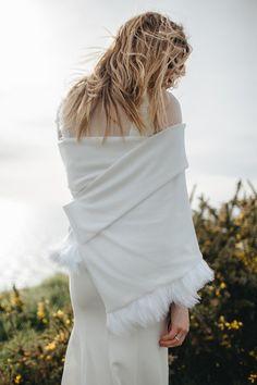 NAIS EFFLUENCE SENSUELLE Un crêpe lourd souligne les courbes tout en délicatesse. Une divine transparence associée à la dentelle : une osmose laissant entrevoir une sensualité assumée.  Savamment structurée, l'étole en maille et finition plumes ajoute une touche de chaleur et de poésie.