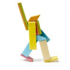 tegu ist das besondere Holzspielezug. Denn magnetische Holzbausteine, die sich wie durch Magie von alleine zusammen fügen, sind nicht alltäglich. Der Hersteller unterstützt mit seinen erlösen soziale Projekte oder finanziert gleich selbst den Bau und Erhalt von Schulen in Zentral-Afrika.