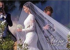 Kim Kardashian casou! E antes de mais nada: o amor é lindo, que eles sejam muito felizes e que seja eterno enquanto dure esse amor, que dure para sempre. Quem somos nós para julgar quantas vezes esse povo casa, mas espero de verdade que eles sejam happily ever after! Formalidades e felicitações à parte, o casamento! …
