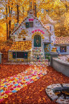 In het najaar verandert de Efteling in een betoverende wereld, vol herfstige kleuren en geuren. De najaarszon straalt door de bomen en de paddenstoelen schieten uit de grond in het Sprookjesbos. Parc A Theme, Anton Pieck, Candy House, Autumn Colours, Exotic Places, Disney Home, Parcs, Beach Cottages, Disney Wallpaper