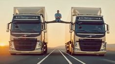 Jean-Claude Van Damme does splits between moving semis