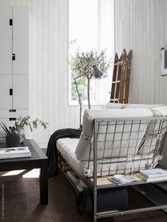 EKEBOL 3-sits soffa med förvaring undertill och på baksidan tål att synas från alla håll.