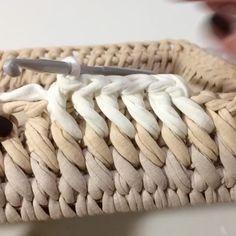 ― Vanessa Eduardoさん( 「Esse ponto é lindo demais 😍 .Looks like a slanted single crochet into the front loop of the row below. Try with publicaciones - Ve las fot Crochet Box, Crochet Basket Pattern, Crochet Stitches Patterns, Crochet Crafts, Crochet Projects, Single Crochet, Crochet Baskets, Crochet Videos, Creations