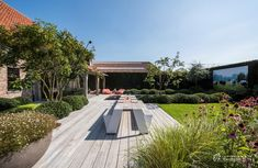 Aangelegde tuinen door tuinonderneming Monbaliu - De Vlaams landelijke stijl met moderne accenten werd van de woning doorgetrokken in de tuin