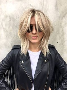 Why Julianne Hough's Modern Shag Is the Perfect Transitional Hairstyle - Haarschnitt Mittellang Haircuts For Medium Length Hair, Edgy Haircuts, Round Face Haircuts, Medium Hair Cuts, Hairstyles Haircuts, Short Hair Cuts, Medium Hair Styles, Curly Hair Styles, Cool Hairstyles