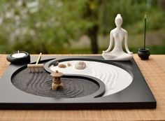 Buddhism Wooden Zen Garden when set up in the surrounding are believed to stimulate meditation. These zen gardens were designed to stimulate meditation. Meditations Altar, Jardin Zen Interior, Jardin Zen Miniature, Design Oriental, Deco Zen, Mini Zen Garden, Zen Sand Garden, Sacred Garden, Sand Table