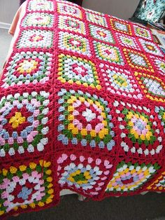 This Pin was discovered by Ayi Crochet Afghans, Crochet Quilt Pattern, Crochet Ripple Blanket, Diy Crochet Patterns, Granny Square Crochet Pattern, Crochet Squares, Crochet Projects, Crochet Table Mat, Granny Square Häkelanleitung