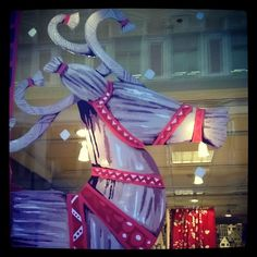 #pukki #olkipukki #Vallila kaupan #näyteikkunassa #Vallilainterior #Joulua toitottamassa