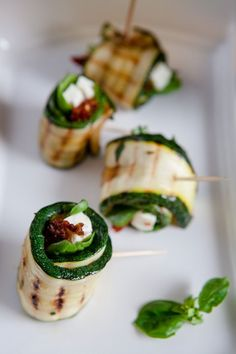 Mediterranean zucchini rolls with feta cheese and dried tomatoes The post Grilled zucchini rolls with feta cheese and dried tomatoes – grilled appeared first on Woman Casual - Food and drink Heavy Appetizers, Cheese Appetizers, Appetizer Recipes, Simple Appetizers, Seafood Appetizers, Party Appetizers, Zucchini Rolls, Grilled Zucchini, Meat Recipes