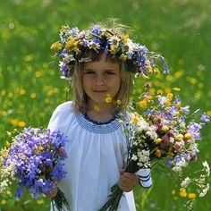 Kislány virágkoszorúval