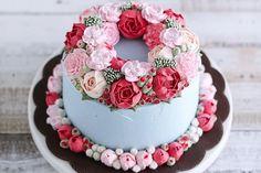bolo azul, rosa e vermelho decorado com flores feitas com buttercream estilo flower cake by iven oven.