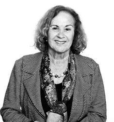 """Eveline Hasler ist 1933 im Kanton Glarus geboren. Nach einem Psychologie- und Geschichtsstudium in Freiburg und Frankreich begann sie in den 1960er Jahren Kinder- und Jugendbücher zu schreiben. Ihr Durchbruch gelang ihr 1982 mit einem Erwachsenenbuch: """"Anna Göldin. Letzte Hexe"""". Brisante und historische Stoffe aufzuarbeiten wurde zu ihrem Markenzeichen."""