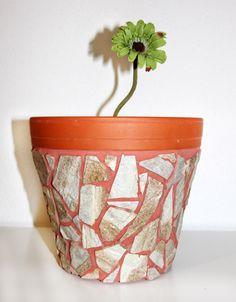 Dieser wunderschöne Blumentopf ist aus Terrakotta und mit Fliesenbruch verschönert. Sie Fuge ist im ähnlichen Ton gehalten wie der Topf selber. Ein Blickfang auf der Terrasse oder Balkon. Durch...