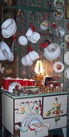 What a treasure trove! Love the look with the wite & red enamel ware! Cozy Kitchen, Red Kitchen, Vintage Kitchen, Retro Vintage, Antique Booth Displays, Kitchen Booths, Antique Stove, Vintage Enamelware, Kitchen Collection