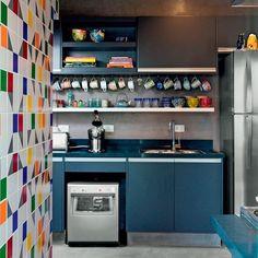 """2,100 curtidas, 40 comentários - Diycore com Karla Amadori (@diycore) no Instagram: """"Cozinha linda nos amamos!! Achei uma graça essa parede de azulejo colorido e também as xícaras…"""""""