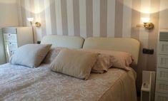 Cabecero de cama papel pintado rayas beige New Homes, Bed, Furniture, Home Decor, House Decorations, Painted Bricks, Bed Headboards, Decoration Home