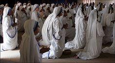 Gli ordini religiosi sono delle associazioni di persone che si votano a Dio, pronunciando il triplice voto di povertà, castità, obbedienza, per servirlo con
