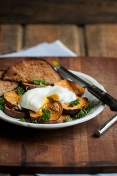 roasted garlic sweet potatoes w. a poached egg [naturally ella] Whole Food Recipes, Vegetarian Recipes, Healthy Recipes, Vegetarian Cookbook, Egg Recipes, Diet Recipes, Recipies, I Love Food, Good Food