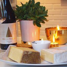 Ostbricka och vin till kvällsmat!
