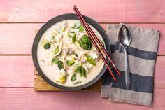 Kokos-vissoep met koolvis, sereh en groene groenten Recept | HelloFresh