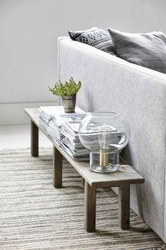 Tolle Wohnzimmer Idee als Ablage hinter dem Sofa