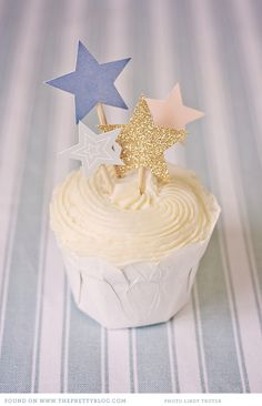 Sparkly star cake toppers | Photo: Lindy Truter Photography, Stationery: @room N°7 Swans