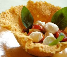 Salada caprese na cestinha de queijo parmesão