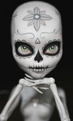 Face up and body painting on Mattel Monster High, painted as a calavera for Dia de los Muertos Custom Monster High Dolls, Monster High Repaint, Custom Dolls, Memento Mori, Ooak Dolls, Blythe Dolls, Art Dolls, Maquillage Sugar Skull, Crane
