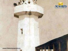 #acapulcoeneltiempo El antiguo faro de la Isla de la Roqueta en Acapulco. ACAPULCO EN EL TIEMPO. El faro que hoy podemos ver en la Isla de la Roqueta de Acapulco, en la década de los años 40 tenía un aspecto muy diferente, ya que era de menor altura y la construcción ubicada a su lado, era de madera. Al visitar la página oficial de Fidetur Acapulco, podrás obtener más información.