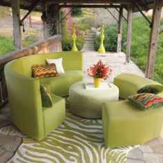 Sophisticated, modular, and in the round: our Radius Collection is perfect for lounging and entertaining. Sit back on the sofa, fall into a deep conversation atop the bench, and gather around the ottoman – you can do all of this, and more, in style and with the all-weather durability of Radius.